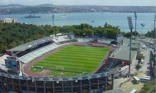Oude stadion met zicht op de Bospurus